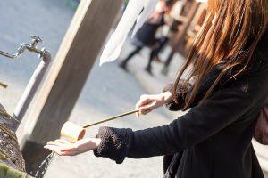 手水をする女性
