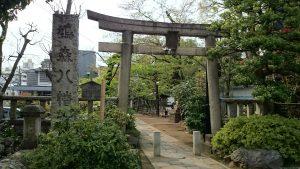 鳩森八幡神社 正面鳥居と社号標