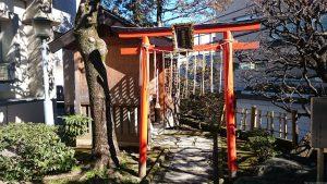 観世稲荷神社 鳥居と覆殿