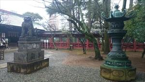 根津神社 青銅灯篭と狛犬 (1)