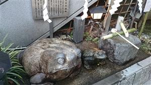 麻布十番稲荷神社 カエルさん石像