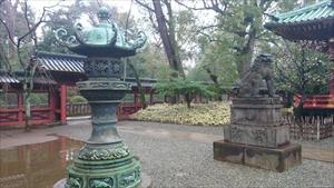 根津神社 青銅灯篭と狛犬 (2)