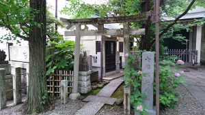 第六天榊神社 七福稲荷神社 鳥居と社号標