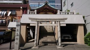 本社三島神社 鳥居と社号標