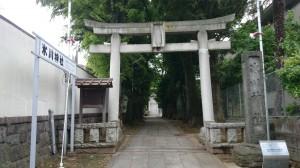 桐ヶ谷氷川神社 鳥居と社号碑