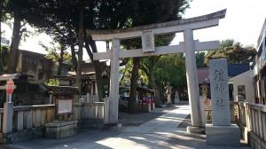 鎧神社 鳥居と社号標