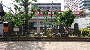 磐井神社 石碑群と京急車両