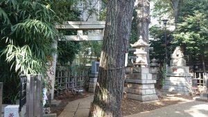 高円寺氷川神社 境内末社参道