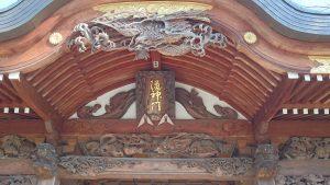 多摩市・小野神社 随身門彫刻 (1)