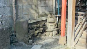 雷電稲荷神社 弁財天社 蛙像・力石