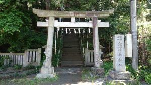 穴澤天神社 一の鳥居と社号標