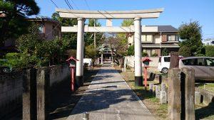半田稲荷神社 鳥居から参道を望む