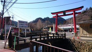 氷川神社(高尾町) 案内川と氷川橋・大鳥居