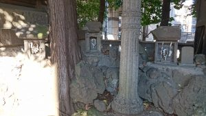 板橋区氷川町氷川神社 稲荷神社小石祠 (1)