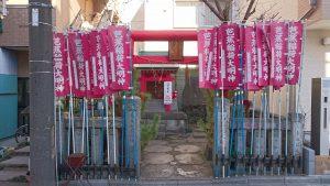 芭蕉稲荷神社 社頭の幟と鳥居