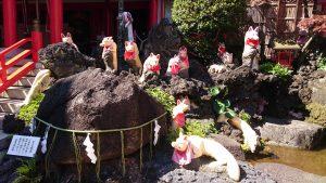京濱伏見稲荷神社 ときわ磐座と神狐像