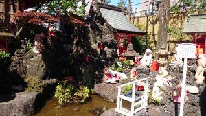 京濱伏見稲荷神社 招福池と神狐像
