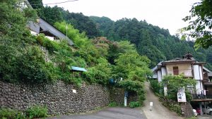 檜原村・九頭龍神社 古民家の宿 山城 入り口